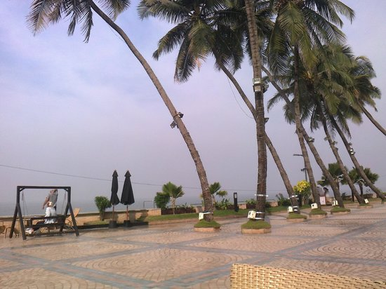 Hotel Sea Princess :                   Poolside overlooks the beach