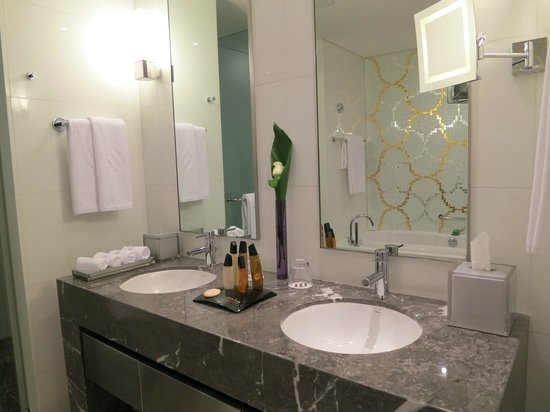 Jumeirah at Etihad Towers: bathroom2