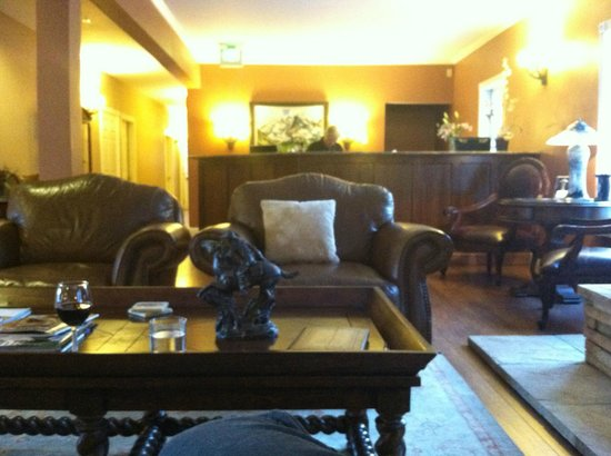 Inn at Crested Butte: Front reception desk in lobby