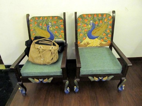 Nahargarh Haveli: Seating chairs in our room