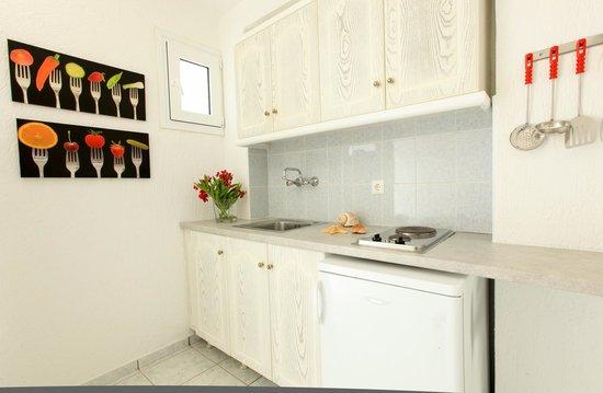 Ostria Hotel & Apartments: Kitchen