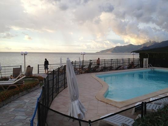 hotel tettola piscine donnant sur plage galets