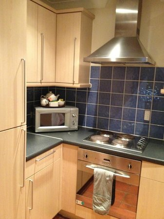 PREMIER SUITES Bristol Redcliffe: kitchen
