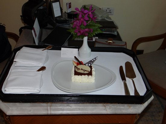 Sheraton Grande Sukhumvit, A Luxury Collection Hotel:                   Honeymoon cake!