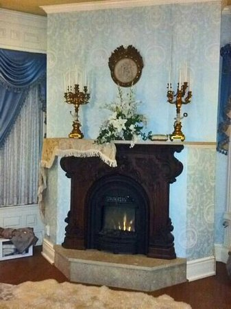 Alexander Mansion Bed & Breakfast:                   Maude's room