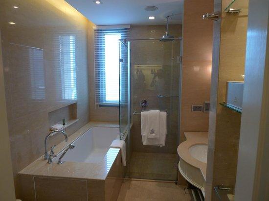 Oriental Residence Bangkok:                   GrandDeluxe bathroom