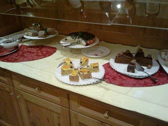 Cerana Relax Hotel:                   Il buffet dei dolci a cena!