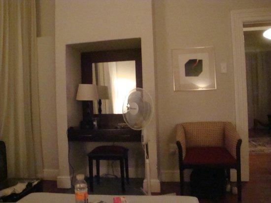 Barry Hall Luxury Apartments:                   room                 