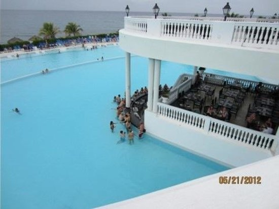 Grand Palladium Jamaica Resort & Spa:                   pool swim up bar