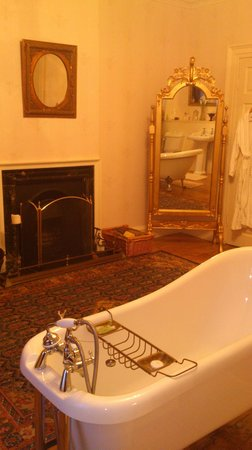 Durn House:                   Luxury bathroom - shame I'm no good at lighting fires!