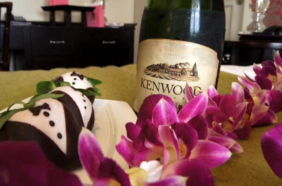 The Royal Hawaiian, a Luxury Collection Resort: Champagne and Chocolate Strawberries for Honeymooners!