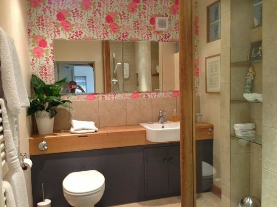 Abbots Lodge:                                     Warm, Clean homely bathroom