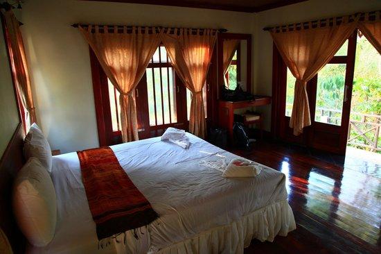 Baan E-Tu Waterfall Resort : chambre, spacieuse et confortable