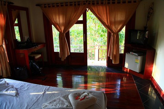 Baan E-Tu Waterfall Resort : chambre et terrasse