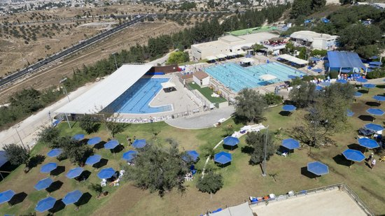 Swimming pool picture of ramat rachel resort jerusalem tripadvisor for Hotels in jerusalem with swimming pool