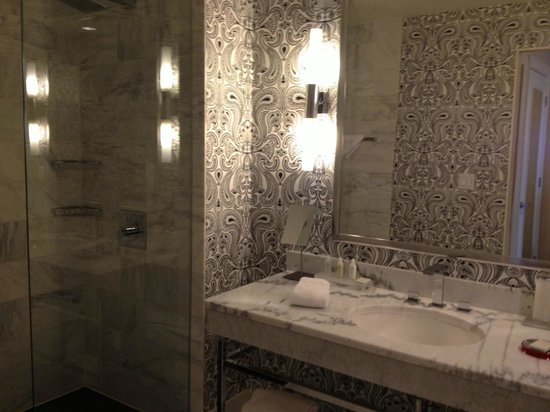 Renaissance Blackstone Chicago Hotel: Bathroom