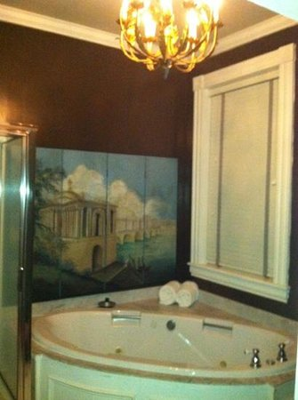 The Inn at Court Square:                   Edward Butler room's two person whirlpool tub