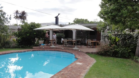 La Pension Guest House:                   Pool and beakfast area