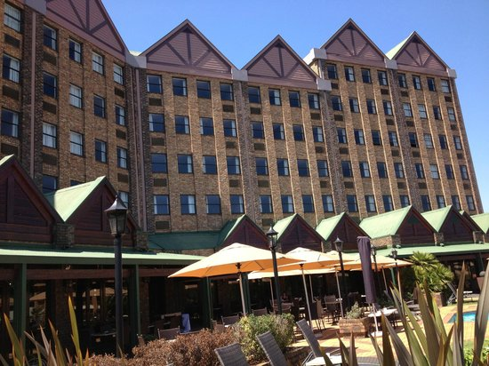 Centurion Lake Hotel: Front of hotel