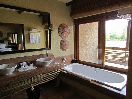 Kapama River Lodge : Bain avec vue