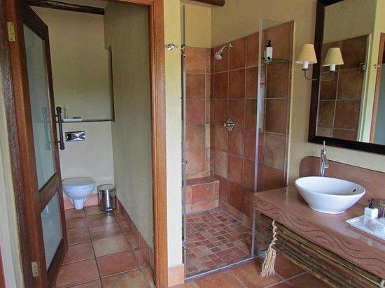 Kapama River Lodge : Salle de main immense et magnifique