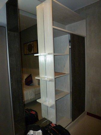 Phu NaNa Boutique Hotel:                   Schrankwand mit Spiegel