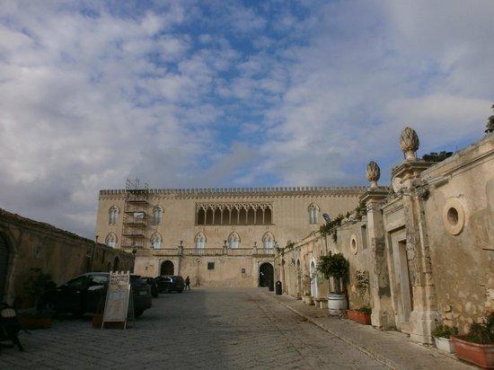 Al Castello Donnafugata:                   L'esterno del locale (Castello di Donnafugata)