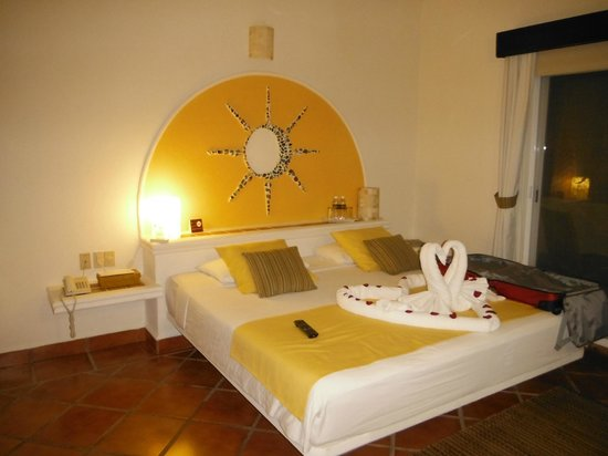 Hotel Riviera del Sol :                   Nicely decorated bed