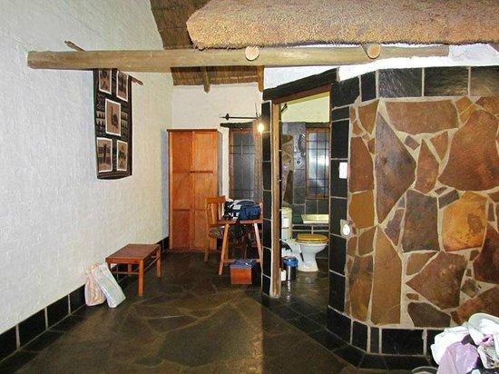 Misty Hills Country Hotel: Chambre et salle de bain avec son toit dans la chambre