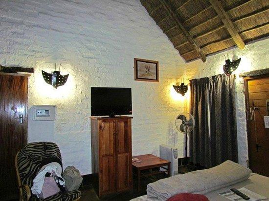 Misty Hills Country Hotel: Chambre magnifique, avec un cachet africain
