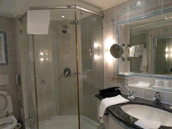 Kempinski Hotel Corvinus Budapest:                   baño