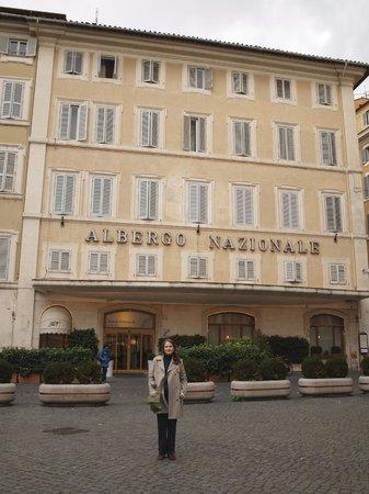 Hotel Nazionale:                   facade et entree de l'hotel. Les chambres donnant sur la place Montecitorio