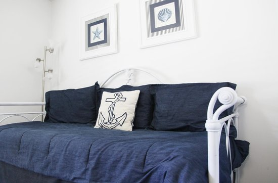 Sea Spray Inn: One Bedroom With Daybed and Trundle