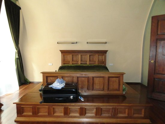 Hotel Copernicus:                   vease la cama sobre la tarima