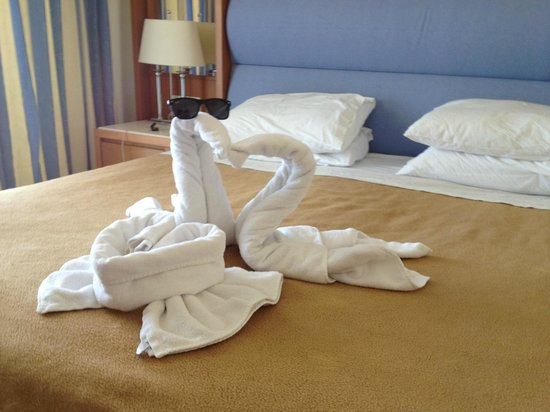 Cretan Dream Royal: Amazing swans on our bed