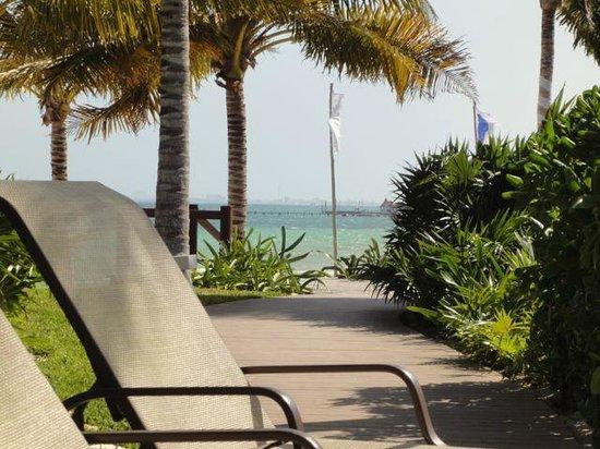 Villa del Palmar Cancun Beach Resort & Spa: Walk way down to the beach
