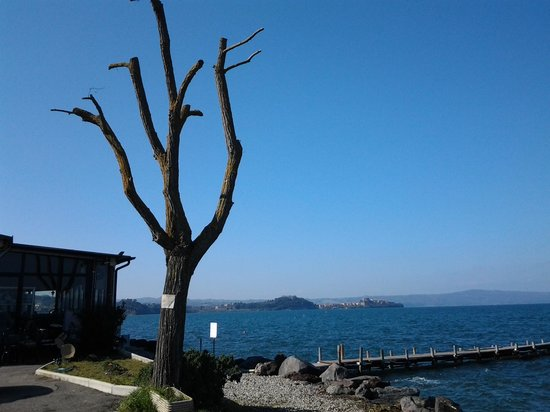Marta, Italie :                   il pirata sul lago
