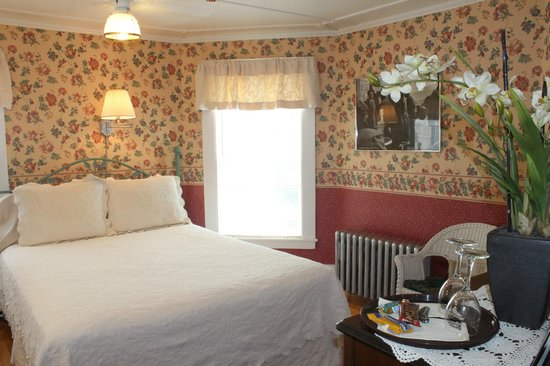 Cranmore Mountain Lodge Bed and Breakfast: The Parisian Room, room 1