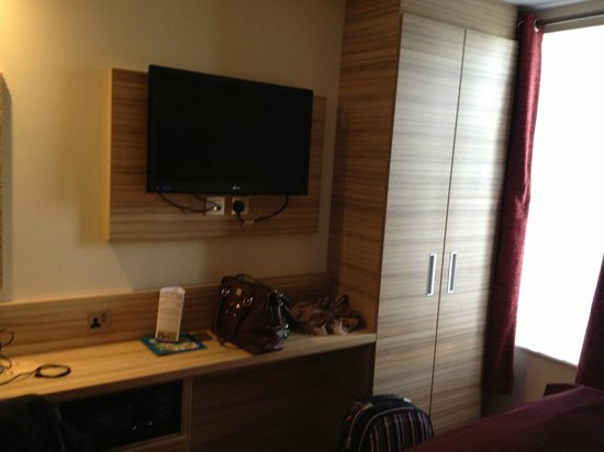Holiday Inn London - Kensington:                   Updated room!