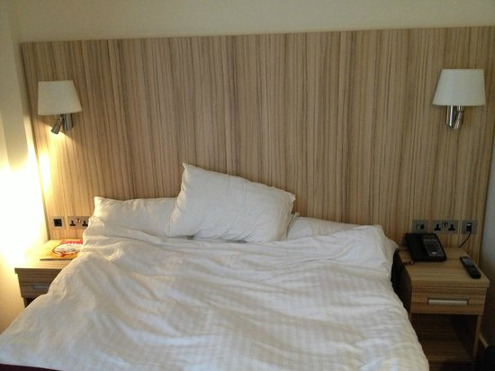 Kensington Close Hotel:                   Comfy double bed!