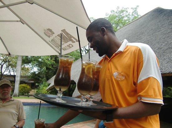 Aha Sefapane Lodge and Safaris:                   Een cocktail bij het zwembad als afscheid