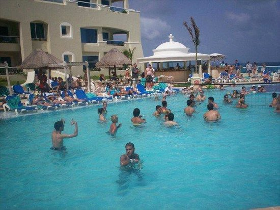 Gran Caribe Resort: pool party