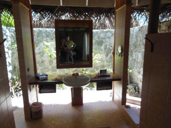 Tikehau Pearl Beach Resort: indoor/outdoor bathrooms (there are sliding shutters)