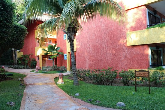 Iberostar Quetzal Playacar: Main pathway, outer edge of resort