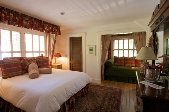 Sea View Inn: Room #6 - King and Twin Bed can accommodate 3 adults - Private Newly Remodeled Bath