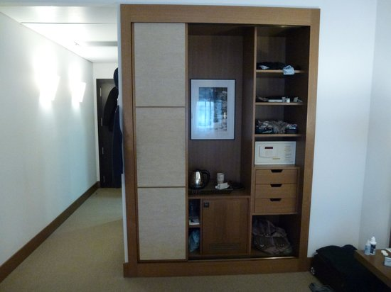 Hotel Molina Lario: Wardrobe was too small