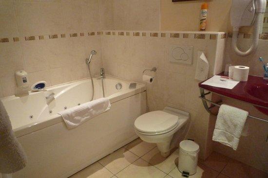 Hotel Ermitage Bouquet :                   No Shower cutain!