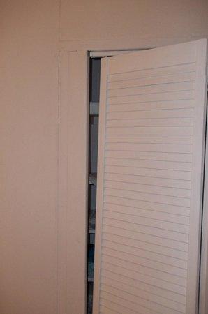 Couples Sans Souci :                   Closet door falling off