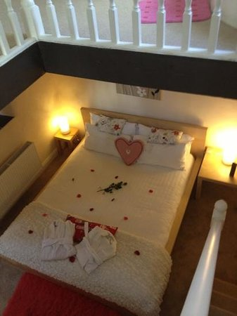 Grove House and Courtyard Cottages:                   bedroom