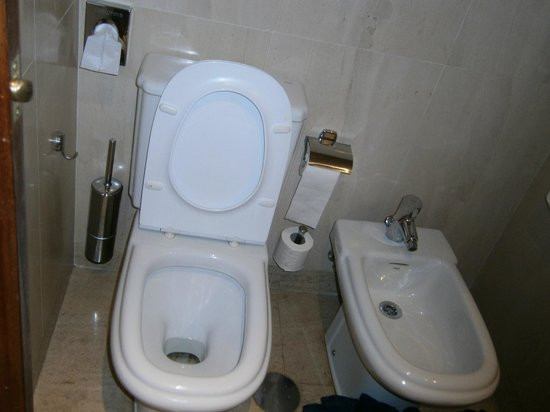 NH Lisboa Campo Grande: toilet with bidet